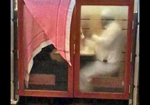 استتار زن سعودی در رستوران! +عکس