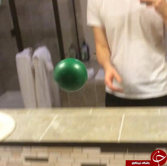 این مرد به تصویر خود در آینه توپ پرت می کند
