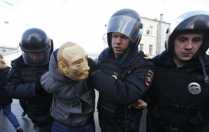 بازداشت پوتین به دست پلیس روسیه!+ عکس