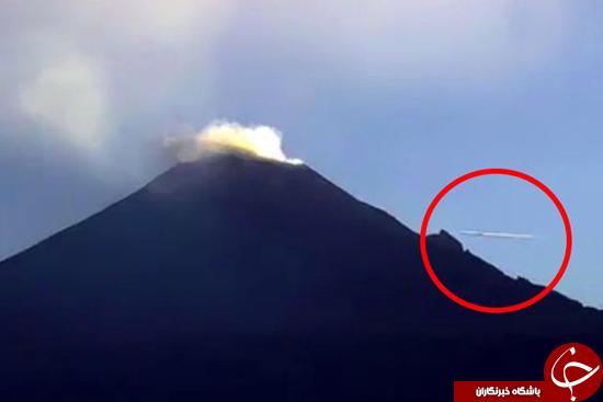 شئ پرنده ناشناس در حال پرواز نزدیک دهانه آتشفشان