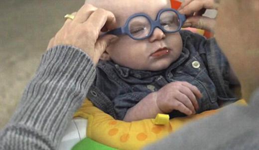 عکس/ کودک نابینا با این عینک برای اولین بار مادرش را دید