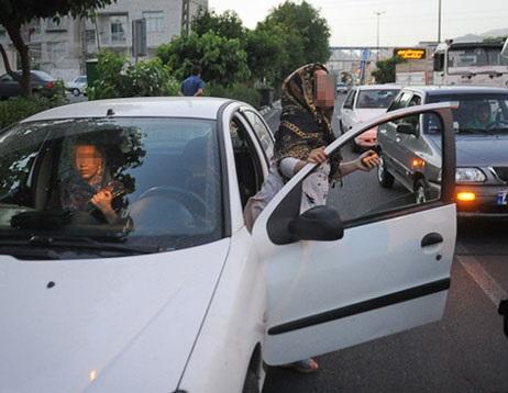رفتار عجیب دختران در خودرو؛از انداختن روسری تا سگ گردانی و کشیدن سیگار