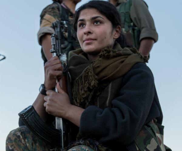 زنان کرد مبارز: داعشیها را میکشیم تا به جهنم بروند+ عکس