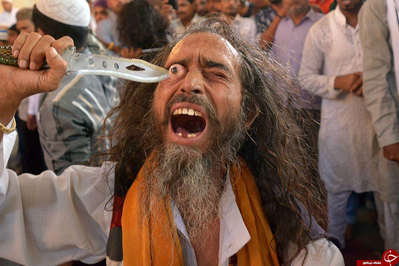 یک مرتاض هندی در حال درآوردن چشمش + تصاویر