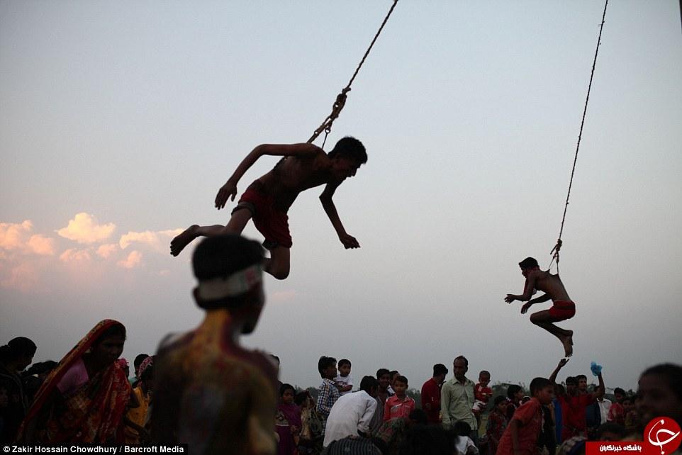 در این مراسم هندی، انسان ها خود را با قلاب آویزان می کنند + تصاویر 18+