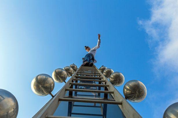 سلفی های نوجوانان بی باک از بالای آسمان خراش 421 متری