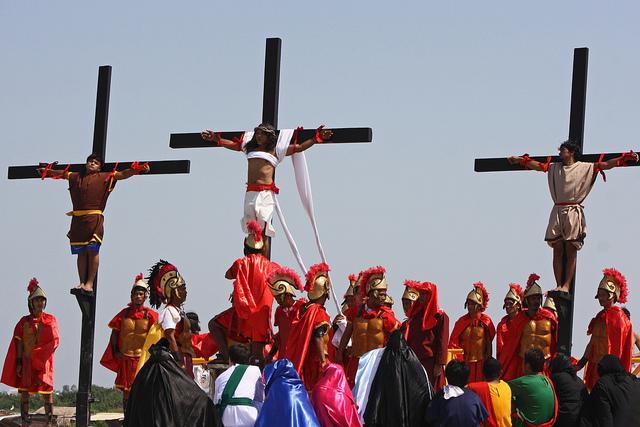 داعش یک کشیش کاتولیک را در «آدینه مقدس» به صلیب کشید+ (تصاویر 16+)