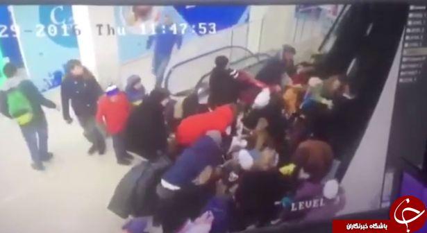 سقوط وحشتناک 44 دانش آموز از پله برقی+ فیلم