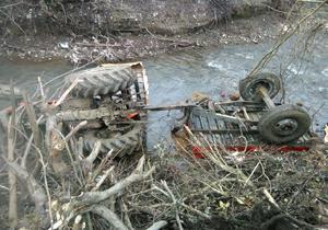 سقوط تراکتور در جاده روستای نعلبند + فیلم