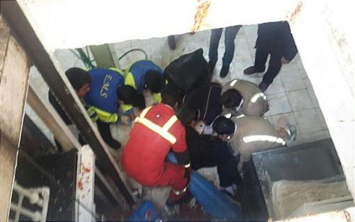 سقوط یکی از کارکنان رستوران از بالابر دست ساز/ خانم جوان از ناحیه دست و کمر دچار مصدومیت شد