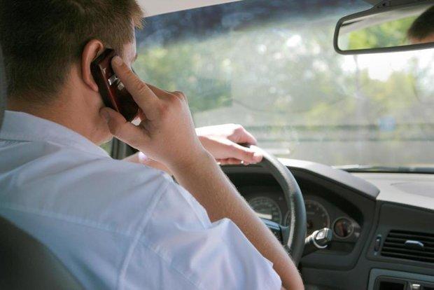 جرائم استفاده از تلفن همراه هنگام رانندگی / استفاده از هندزفری هم ممنوع شد