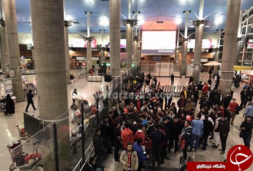 شعار ضد کی روش در فرودگاه +تصاویر