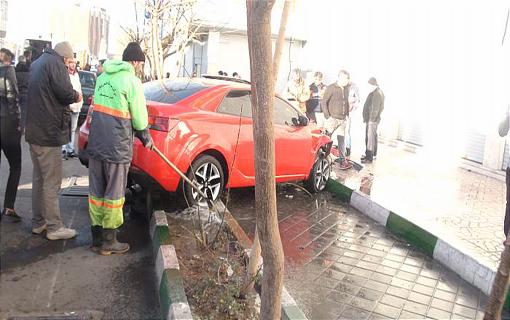 برخورد 2 خودرو و یک موتورسیکلت در خیابان قزوین/  یک رهگذر و راکبان 16 و 17 ساله موتورسیکلت مجروح شدند