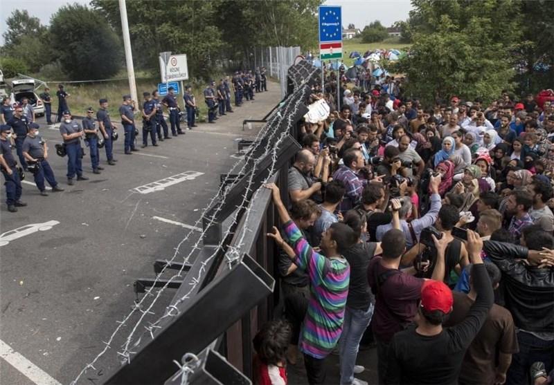 پناهجویان میان دو سیم خاردار