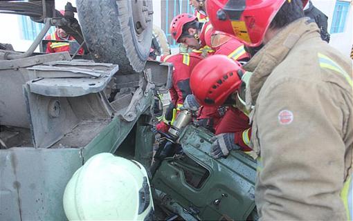 سقوط کامیون مخزن دار از تپه های کوه بی بی شهربانو/ راننده از میان آهن پاره های اتاقک متلاشی شده خارج شد