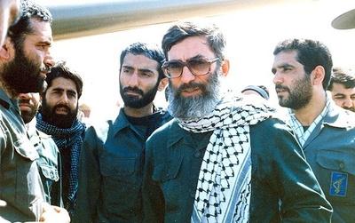 رهبر معظم انقلاب در کنار رزمندگان دفاع مقدس