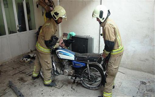 فروکش 2 متری راهروی منزل مسکونی موتورسیکلت را بلعید/ حادثه خسارت جانی نداشت