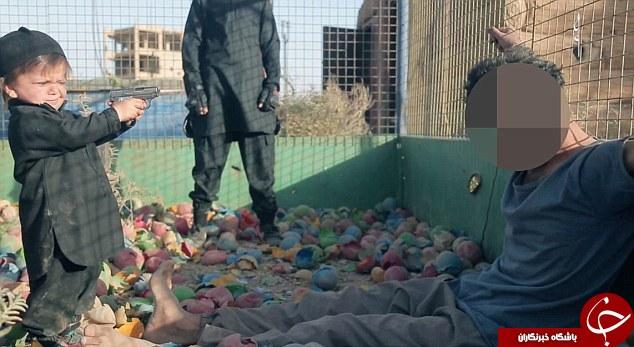 داعش از قاتل نوپای خود رونمایی کرد +فیلم