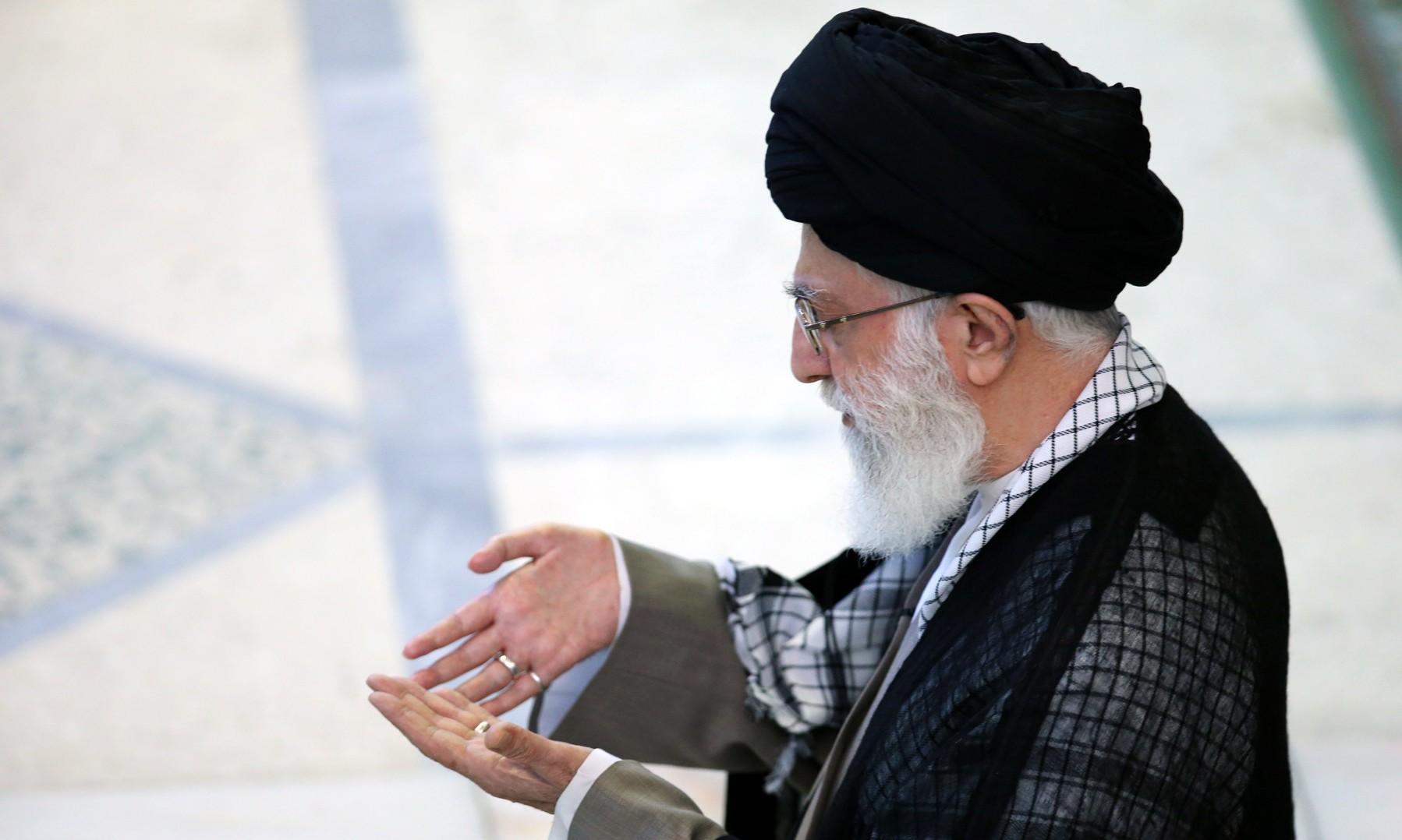 رهبر معظم انقلاب به منظور اقامه نماز بر پیکر مرحوم آیت الله هاشمی رفسنجانی وارد دانشگاه تهران شدند