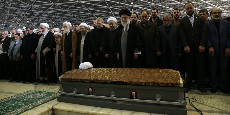 رهبر معظم انقلاب بر پیکر آیتالله هاشمی رفسنجانی نماز اقامه کردند