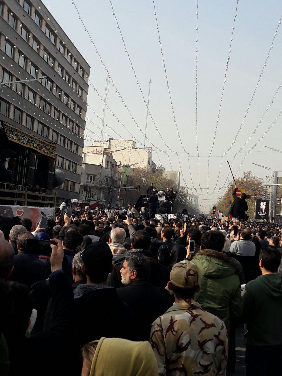 از طنین لااله الا الله تا الله اکبر در خیابان انقلاب/بنرهایی به رنگ وداع با هاشمی/انقلابی روی دستان انقلابیون