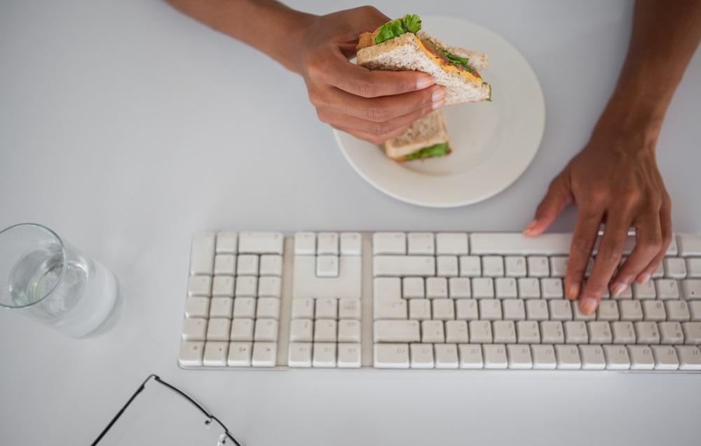 بعد از ساعت 15:00 هرگز ناهار نخورید!