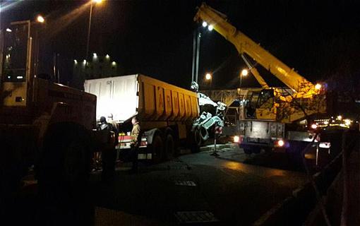 واژگونی تریلی حمل شن و ماسه در بزرگراه امام علی (ع)/ ایمن سازی محل حادثه پس از 4 ساعت تلاش مستمر