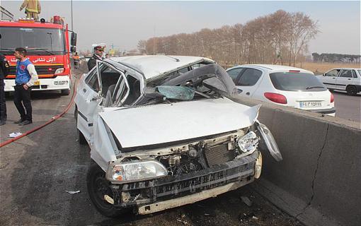 برخورد شدید تریلی و 2 خودروی پراید در آزاد راه تهران ـ قم/ 3 سرنشین مجروح شدند