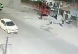 باشگاه خبرنگاران - تصادف هولناک کامیون با خانههای کنار خیابان + فیلم