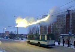 باشگاه خبرنگاران - آتش گرفتن کابل اتوبوس برقی + فیلم