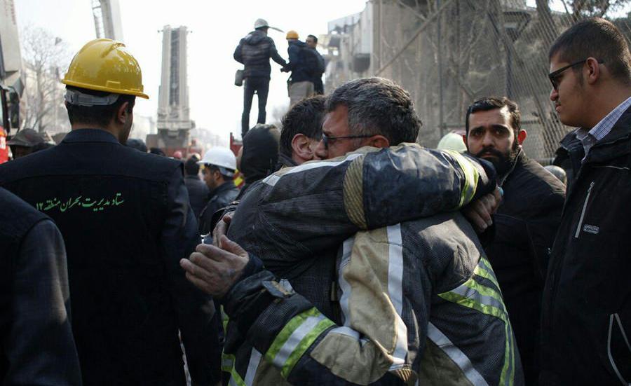 عکس/ نجات یک آتش نشان از زیر آوار