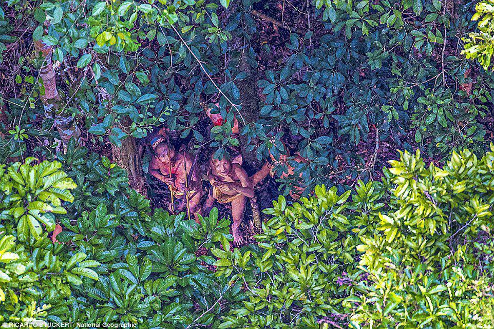 مردم قبیله ای که برای اولین بار انسان می بینند+تصاویر