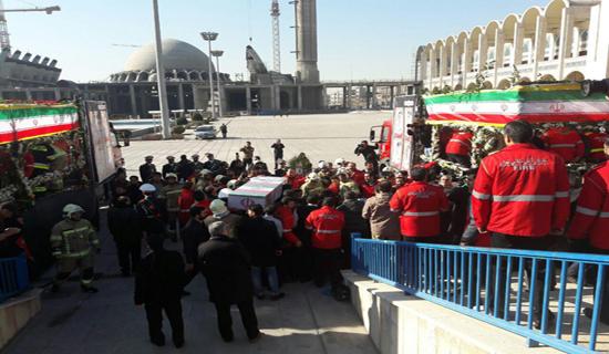 پیکر شهدای حادثه پلاسکو بر دوش آتشنشانها/ محدودیت ترافیکی اطراف مصلای امام خمینی(ره) + فیلم و عکس