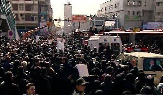پیکر شهدای حادثه پلاسکو بر دوش آتشنشانها/ محدودیت ترافیکی اطراف مصلی امام خمینی(ره) + فیلم و عکس