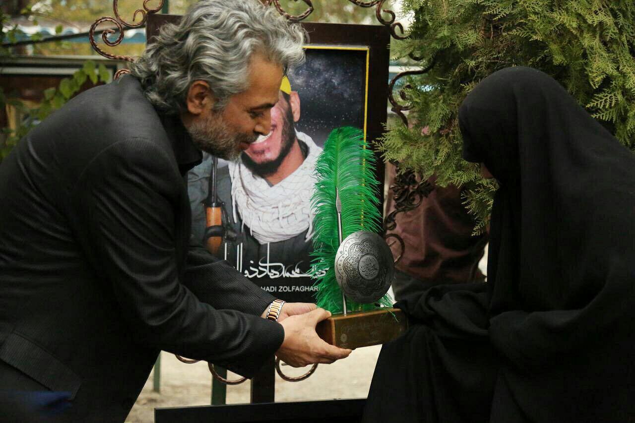 حسن جوهرچی بر سر مزار شهدای مدافع حرم + تصاویر