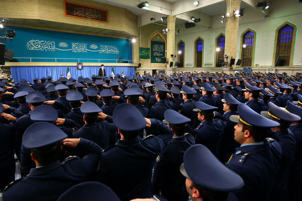 فرماندهان و جمعی از کارکنان نیروی هوایی ارتش با رهبر انقلاب دیدار کردند