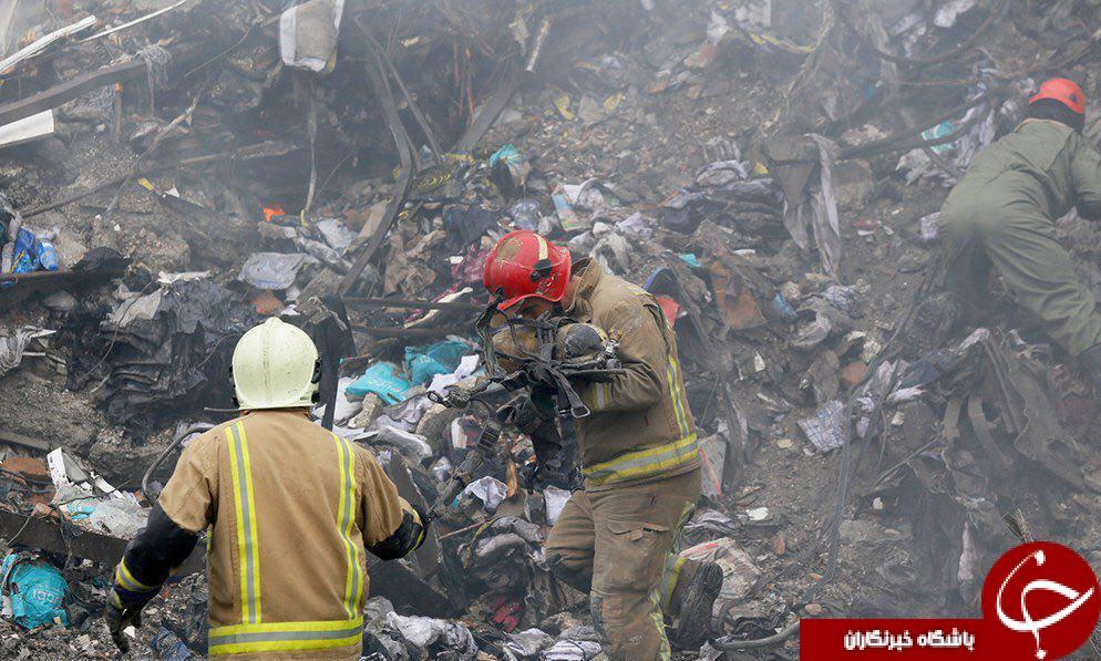 بوسه آتشنشان بر تجهیزات و کپسول اکسیژن همکارش + عکس