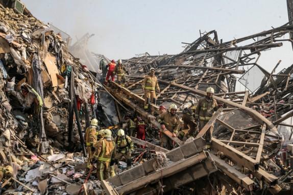 باشگاه خبرنگاران - جزییات حادثه پلاسکو/ 3 آتش نشان از زیر آوار خارج شدند/ شهادت 16 آتشنشان قطعی است+عکس و فیلم