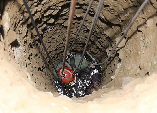 تخریب دیواره چاه در حین حفاری/ کارگر جوان در عمق 10 متری جان داد