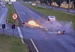 باشگاه خبرنگاران - آتش گرفتن موتور سیکلت پس از تصادف مهلک با خودرو + فیلم