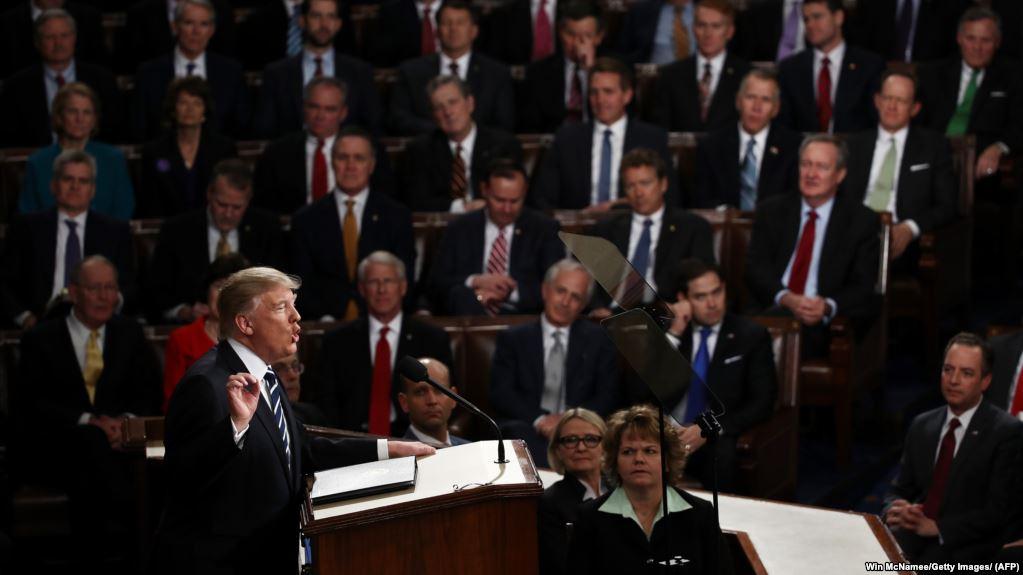 فیلم لورفته از پشت صحنه حرکات عجیب ترامپ و همسرش قبل از سخنرانی