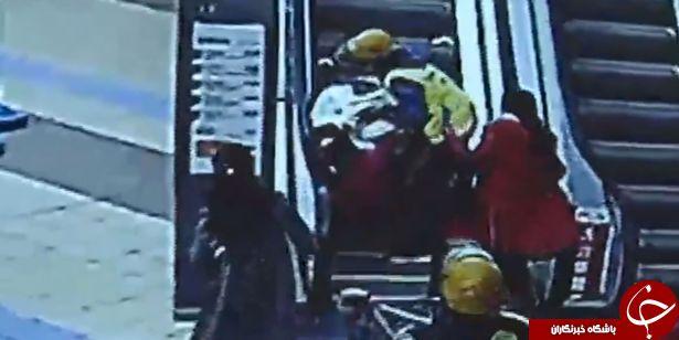 لحظه سقوط دلخراش مادر به همراه نوزادش از پله برقی + تصاویر
