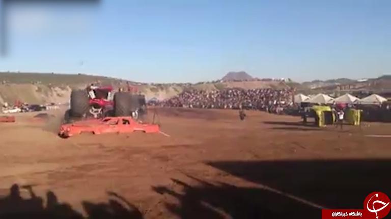 لحظه وحشتناک ورود کامیون مسابقه به داخل تماشاگران / فیلم (18+)