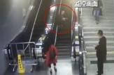 باشگاه خبرنگاران -سقوط دردناک زن سالخورده از بالای پله برقی + فیلم