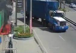 باشگاه خبرنگاران - تصادف شدید تریلی با چند خودرو در پمپ بنزین + فیلم