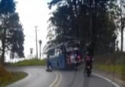 باشگاه خبرنگاران - زنده ماندن شگفت انگیز موتورسوار از زیر چرخ های اتوبوس + فیلم
