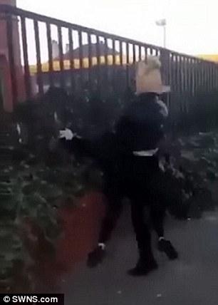دختر نوجوان دختر دیگری را تا سر حد مرگ کتک زد