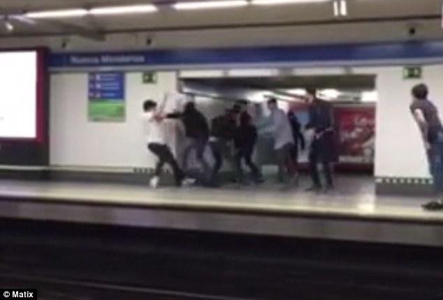 دعوای وحشیانه گانگسترهای نوجوان در مترو/پسر بیگناه روی ریل قطار پرتاب شد+تصاویر