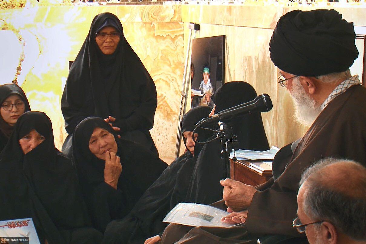 دیدار خانواده شهدای مدافعین حرم افغان با رهبر انقلاب + تصاویر