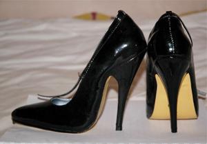 نپوشیدن «کفش پاشنهبلند» باعث اخراج یک کارمند زن در انگلیس شد